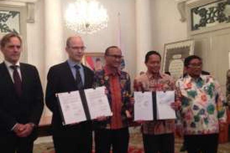 Acara penandatanganan nota kesepahaman antara PT Jakarta Propertindo dan sebuah perusahaan asal Finlandia, Fortum terkait pembangunan intermediate treatment facility (ITF) di Sunter, Jakarta Utara di Balai Kota DKI Jakarta, Jumat (16/12/2016).