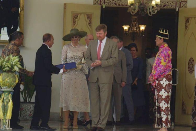 Raja Kerajaan Belanda Willem Alexander saat bertukar cinderamata dengan Raja Keraton Ngayogyakarta Hadiningrat Sri Sultan HB X.