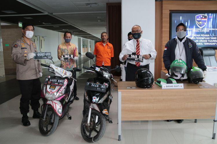 Kepala Bagian Penerangan Umum Polri Kombes Ahmad Ramadhan (paling kiri) dan Kasubdit I Direktorat Tindak Pidana Siber Bareskrim Polri Kombes Reinhard Hutagaol (kemeja putih) di Mabes Polri, Jakarta Selatan, Rabu (13/5/2020).