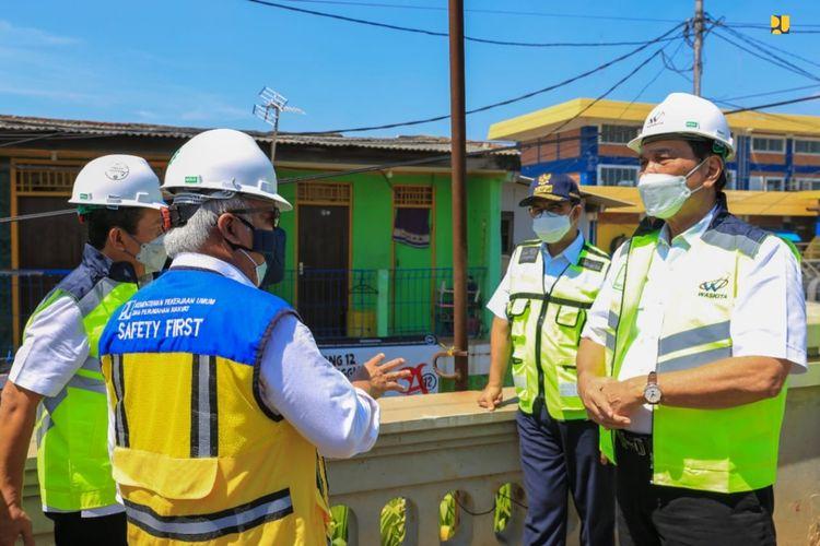 Menteri PUPR Basuki Hadimuljono serta Gubernur DKI Jakarta Anies Baswedan mendampingi Menko Marves Luhut Pandjaitan saat meninjau pembangunan tanggul pantai di Muara Baru, Jakarta.