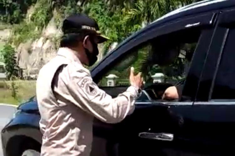 Petugas PSBB Agam cekcok dengan anggota DPRD Pasaman yang tidak memakai masker, Selasa (12/5/2020) di posko cek poin Covid-19