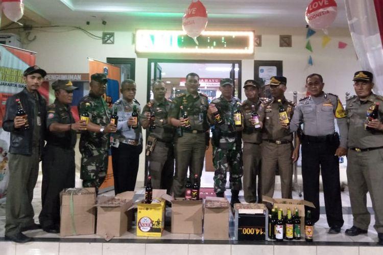 Satpol PP bersama petugas gabungan menyita puluhan botol miras di kawasan Tambora, Jakarta Barat, Selasa (17/9/2019) malam