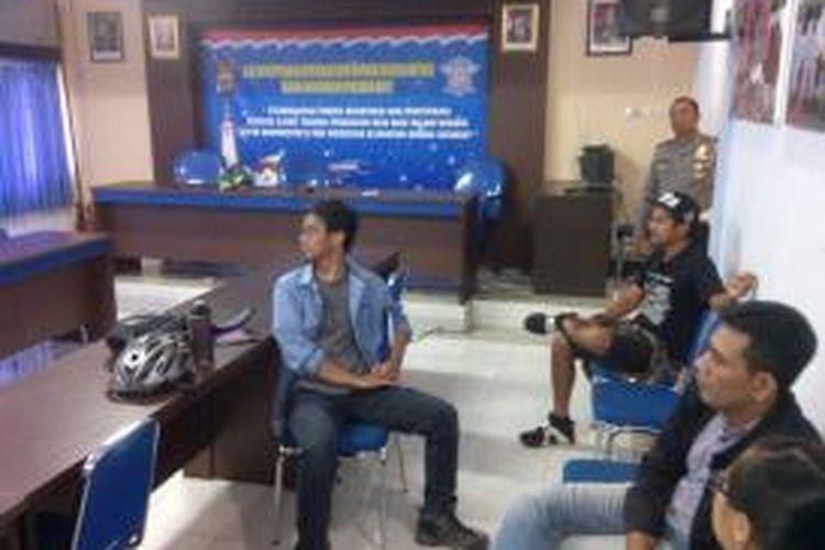 Elanto, Yoan Valon (menggunakan topi) dan Direktur LBH Yogya Hamzal Wahyudin saat di Mapolda DIY