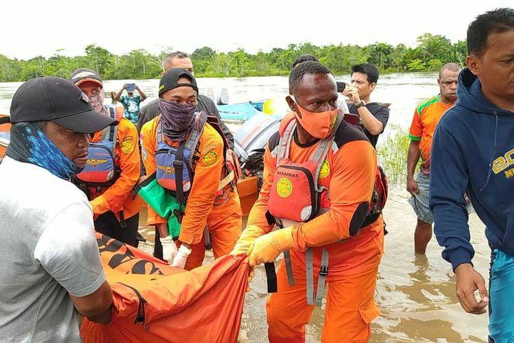Tim SAR saat akan membawa jasad korban ke rumah sakit, Rabu (13/1/2021).