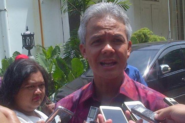 Gubernur Jateng Ganjar Pranowo seusai berbicara dalam Forum Tahunan Pelaku Industri Jasa Keuangan 2016 di Semarang, Selasa (26/1/2016)