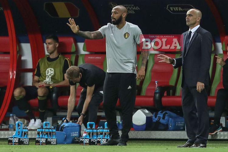 Pelatih timnas Belgia, Roberto Martinez (kanan) dan asistennya, Thierry Henry (kiri), memberi instruksi pada laga perempat final Piala Dunia 2018 di Kazan Arena, Kazan, pada 6 Juli 2018.