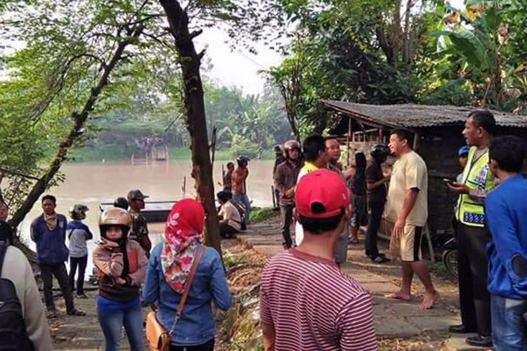 Masyarakat sekitar terus menunggu perkembangan pencarian korban yang belum ditemukan.