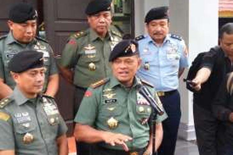Panglima TNI, Jenderal Gatot Nurmantyo menanggapi pertanyaan awak media di Kantor Panglima TNI, Jakarta Pusat, Selasa (4/10/2016).