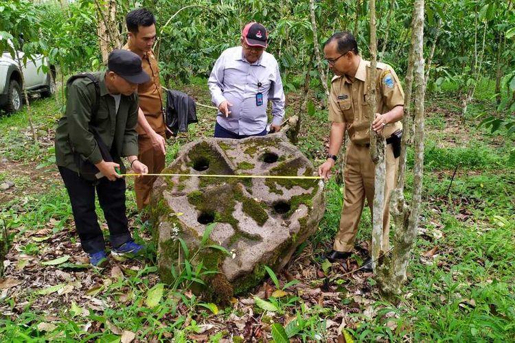 Batu megalit yang ditemukan di areal perkebunan kopi milik warga di Kabupaten Lahat, Sumatera Selatan.