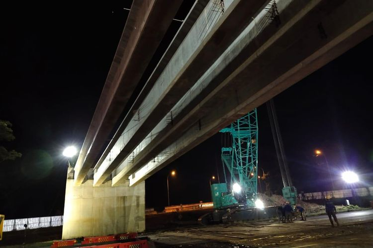 Pekerjaan pemasangan gelagar jembatan Proyek Jakarta-Cikampek (Japek) II Selatan.