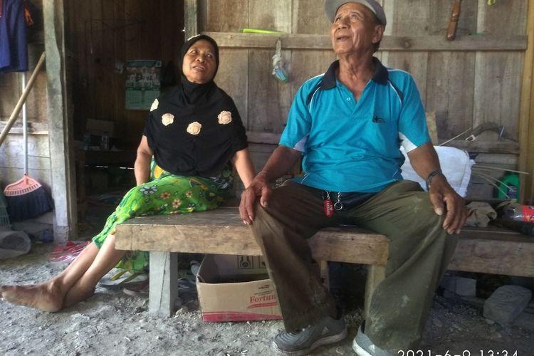 Dariyo (72) dan istrinya, Rakinem (62) saat ditemui di rumahnya di Desa Penadaran, Kecamatan Gubug, Kabupaten Grobogan, Jawa Tengah, Rabu (9/6/2021).