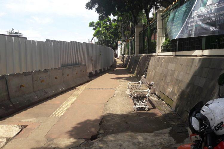Trotoar di depan Gedung Kemendikbud yang menyempit akibat proyek MRT, Rabu (7/3/2018).i