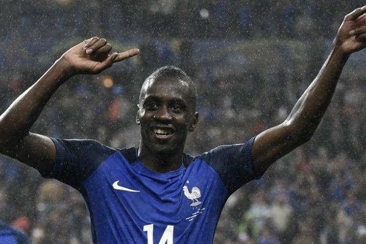 Gelandang Perancis dan Paris Saint-Germain, Blaise Matuidi, merayakan keberhasilan negaranya yang lolos ke babak semifinal Piala Eropa 2016, di Stade de France, 3 Juli 2016.
