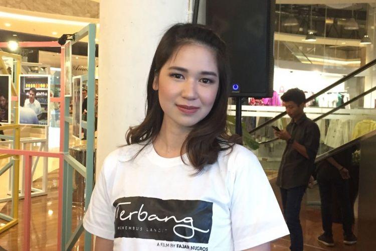 Laura Basuki menghadiri jumpa pers film Terbang, Menembus Batas di Kuningan City, Jakarta Selatan, Senin (25/9/2017).