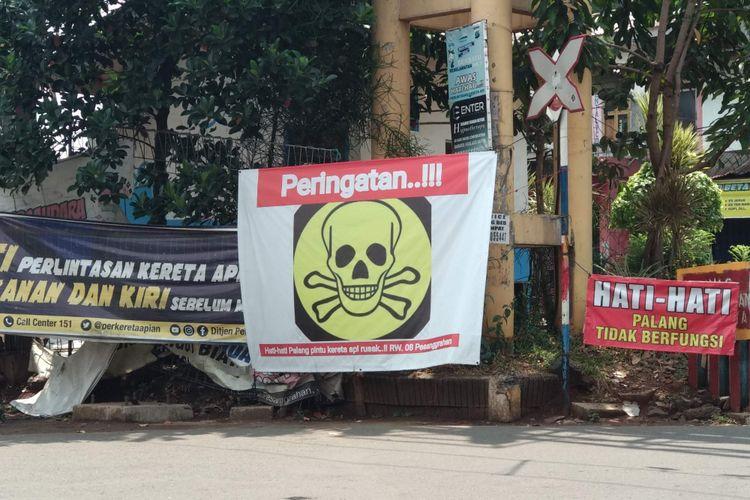 Peringatan di pelintasan kereta di Bintaro, Pesanggrahan, Rabu (24/10/2018).