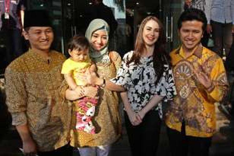 Arumi Bachsin (dua dari kanan) bersama suaminya, Emil Elestianto Dardak (kanan), serta Muhammad Nur Arifin (kiri) dan istrinya, Novita Hardiny, usai menyerahkan laporan hasil kekayaan pejabat negara (LHKPN) ke kantor Komisi Pemberantasan Korupsi (KPK), Jakarta Selatan, Senin (3/8/2015). Emil bersama Muhammad Nur Arifin menjadi bakal calon Bupati Trenggalek Jawa Timur pada pilkada tahun ini.