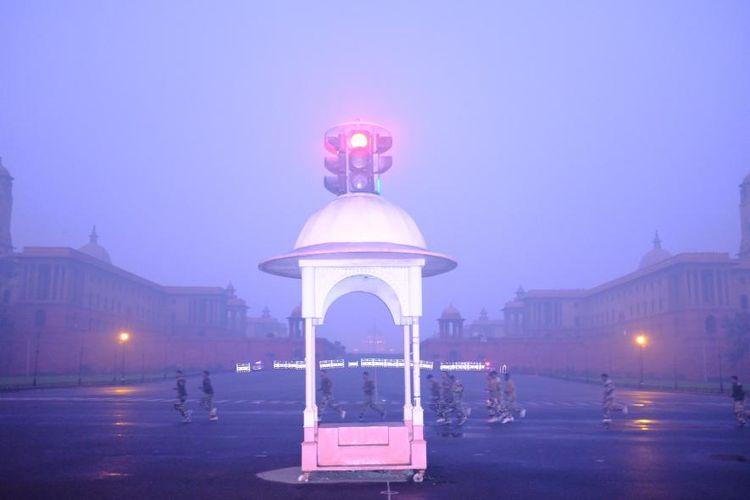 Para tentara yang lari pagi, meskipun kabut asap menyeliputi Bukit Raisina