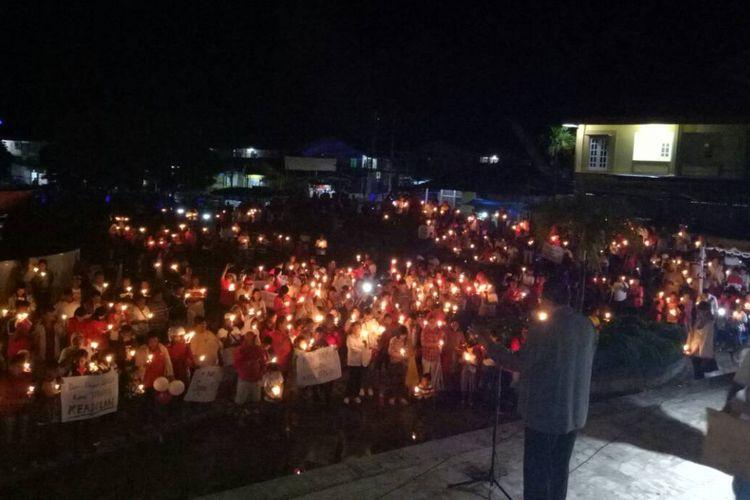 Aksi Seribu Lilin untuk Ahok dari masyarakat di Kaimana, Papua Barat.