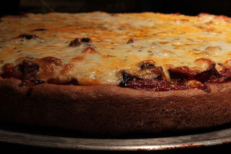 Ilustrasi roti pizza yang matang sempurna.