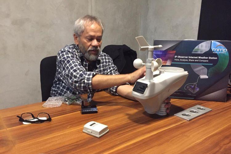 Budi Rahardjo, Chief Information Officer Indo CISC menunjukkan perangkat IP Weather