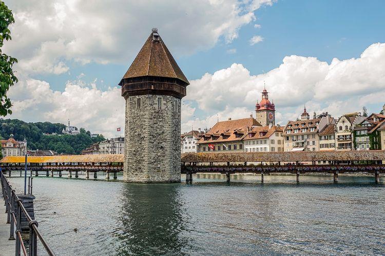 Kota Lucerne yang berada di Swtzerland menjadi kota romantis dengan memberikan nuansa klasik dari arsitektur bangunan di kota itu.