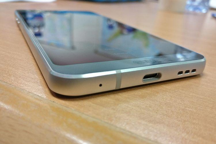 Port USB Type-C di sisi bawah, bisa mengisi baterai penuh dalam 2 jam.