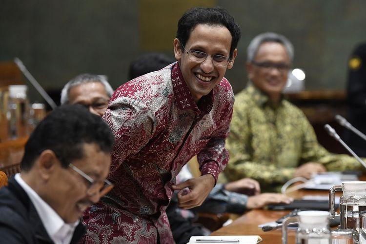 Menteri Pendidikan dan Kebudayaan Nadiem Makarim (tengah) bersama Sekjen Kemendikbud Didik Suhardi (kiri) bersiap mengikuti rapat kerja dengan Komisi X DPR di Kompleks Parlemen Senayan, Jakarta, Kamis (12/12/2019). Rapat kerja tersebut membahas sistem zonasi dan Ujian Nasional (UN) tahun 2020, serta persiapan pelaksanaan anggaran Kementerian Pendidikan dan Kebudayaan tahun 2020. ANTARA FOTO/Puspa Perwitasari/aww.