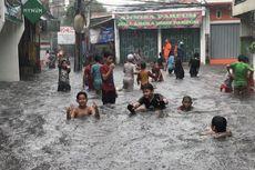 Anak-anak Jadikan Lokasi Banjir di Jalan Tegal Parang V sebagai Tempat Bermain