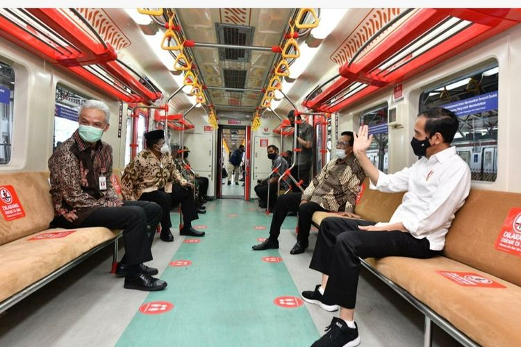 Presiden Joko Widodo mencoba Kereta Rel Listrik (KRL) lintas Yogyakarta-Solo bersama Gubernur DIY Sri Sultan Hamengkubuwono X dan Gubernur Jawa Tengah Ganjar Pranowo, Senin (1/3/2021).
