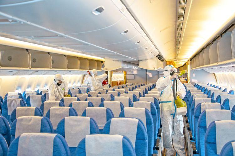 Ilustrasi disinfeksi di pesawat pada masa pandemi virus corona