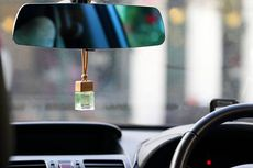 Sudah Tahu Bahaya Menggantung Parfum Mobil di Spion Tengah