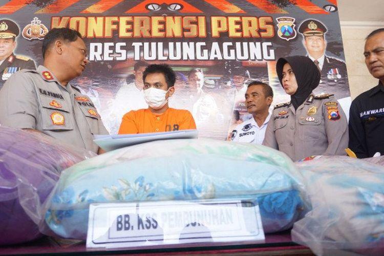 Kapolres Tulungagung AKBP Eva Guna Pandia (kiri) menunjukkan barang bukti berikut tersangka Dicky yang menjadi pelaku tunggal pembunuhan di Ngunut, Tulungagung, Senin (24/2/2020). (ANTARA/Destyan Handri Sujarwoko)