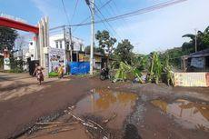 Jalan Akses Terminal Pakupatan Serang Rusak, Warga Tanami Pohon Pisang