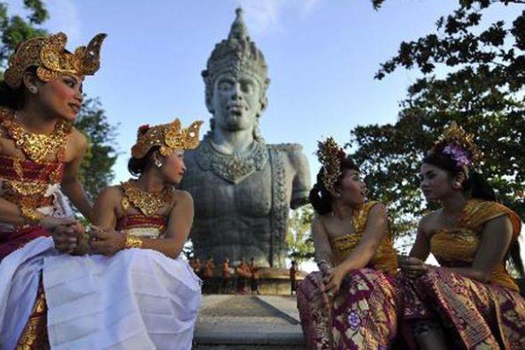 Penari beristirahat usai mennggelar pentas di Plaza Wisnu di Kawasan Taman Budaya Garuda Wisnu Kencana (GWK) di Bukit Ungasan, Bali, Kamis (22/8/2013). Nantinya di tempat tersebut akan dibangun monumen GWK yang memiliki ketinggian 126 meter dengan lebar 64 meter.
