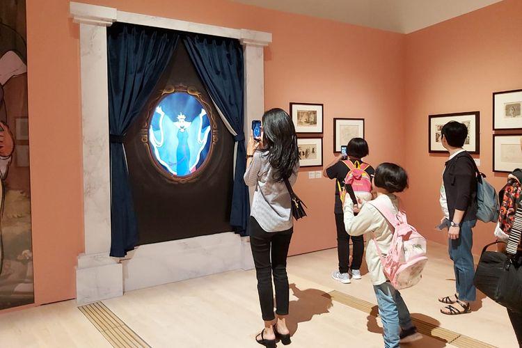 Pengunjung menikmati potongan film-film Disney di pameran Disney: Magic of Animation pada pertengahan Desember 2019.