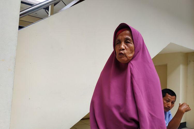 Nenek Arpah (69), korban penipuan dan penggelapan tanah di Depok, Jawa Barat, ditemui sebelum menjalani sidang pemeriksaan saksi-saksi di Pengadilan Negeri Depok, Senin (3/2/2020).