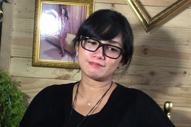 Artis peran yang juga vokalis Ussy Sulistiawaty saat diabadikan di The Plaza, Thamrin, Jakarta Pusat, Rabu (7/2/2017).