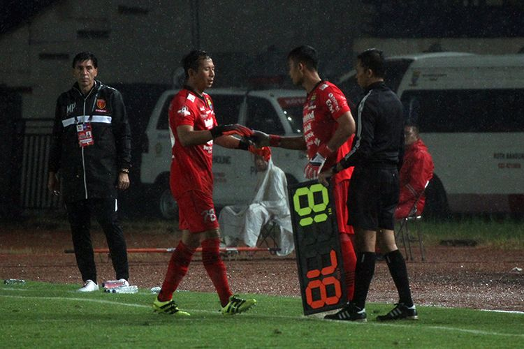 Penjaga gawang Persib Bandung, I Made Wirawan, saat digantikan Dhika Bayangkara, dalam laga Persib vs Badak Lampung FC, di Stadion Si Jalak Harupat, Senin (16/12/2019).