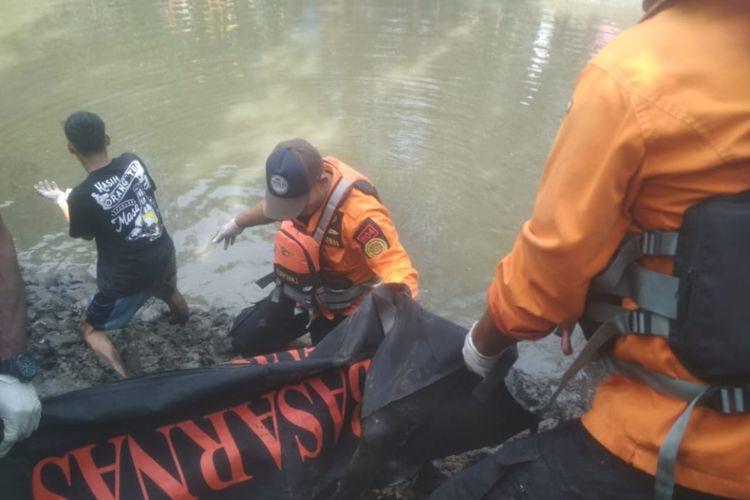 Petugas SAR Kendari mengevakuasi mayat remaja yang diterkam buaya saat memancing di Sungai Kolono, kabupaten Konawe Selatan