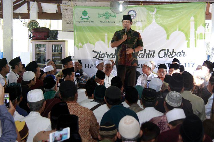 Wali Kota Semarang Hendrar Prihadi mengajak warga Semarang meneladani Kiai Saleh Darat saat menghadiri haul ke-117 Kiai Saleh Darat di pemakaman umum Bergota, Semarang, Selasa (4/7/2017)