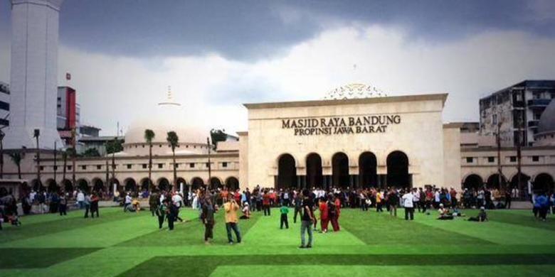 Alun-alun Bandung dipercantik dengan rumput sintetis. Foto diambil dari Facebook Ridwan Kamil untuk Bandung.