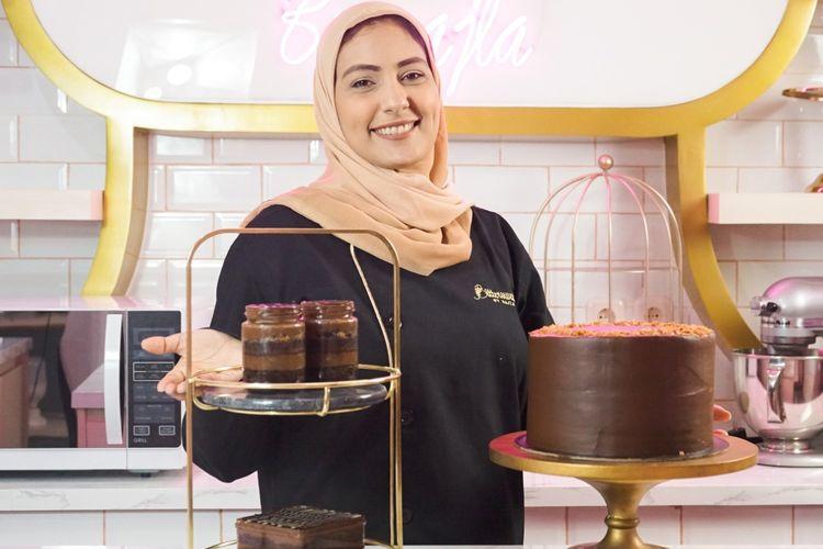 Najla Bisyir dengan produk dari Bittersweet by Najla.