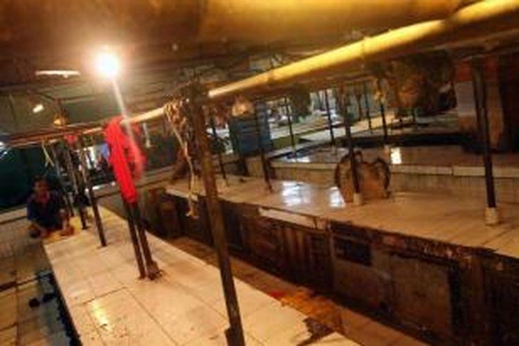 Sejumlah pedagang daging menghentikan aktivitas jual belinya di Pasar Palmerah, Jakarta Barat, Minggu (9/8/2015). Aksi mogok tersebut dilakukan para pedagang daging dikarenakan tingginya harga daging di pasaran yang mencapai Rp 140 ribu per kilogram.
