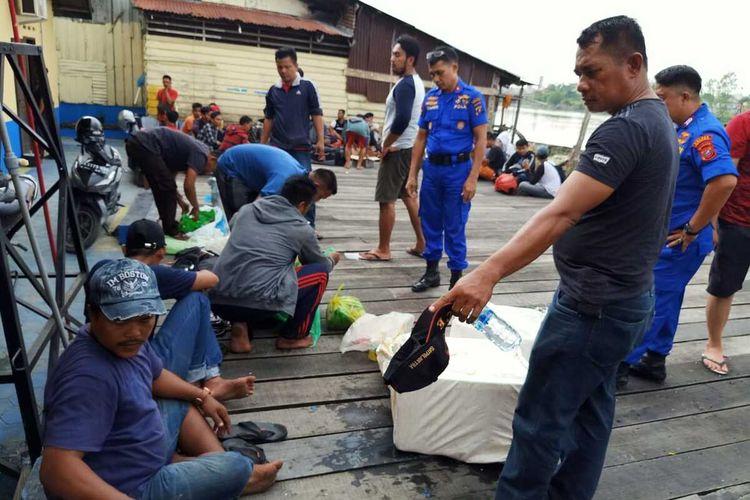 Petugas berinteraksi dengan sejumlah TKI Ilegal dan ABK yang baru pulang dari Malaysia. Sebanyak 44 TKI ilegal dan juga ABK di kapal tak berbendera itu diamankan Polres Tanjung Balai karena tak memiliki dokumen sah.