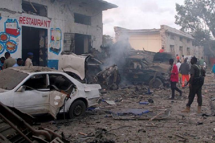 Kondisi di gerbang hotel Nasa-Hablod di Mogadishu, Somalia, setelah serangan bom yang mematikan pada Sabtu (28/10/2017).