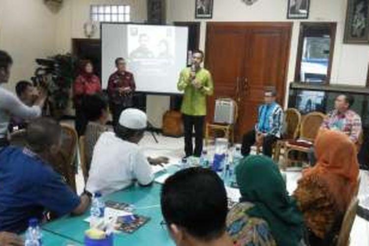Calon gubernur DKI Jakarta Agus Harimurti Yudhoyono saat hadir dalam sebuah acara diskusi dengan para guru-guru sekolah swasta di salah satu restoran di kawasan Jalan Dewi Sartika, Jakarta Timur, Jumat (25/11/2016)