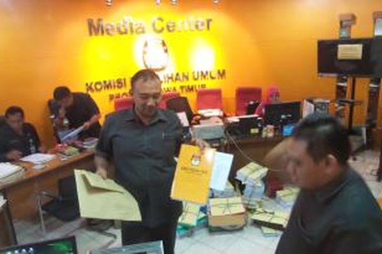 Suasana Kantor KPU Jawa Timur menjelang pelaksanaan Pilkada serentak, Senin (7/12/2015).