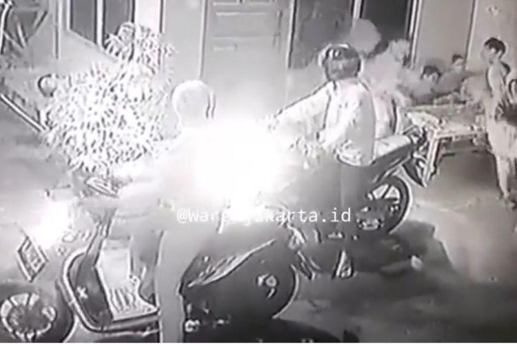 Tangkapan layar akun @wargajakarta.id, aksi komplotan jambret handphone di Jalan Krendang Selatan RT 01 RW 06, Kelurahan Krendang, Kecamatan Tambora, Jakarta Barat, pada Sabtu (13/3/2021).