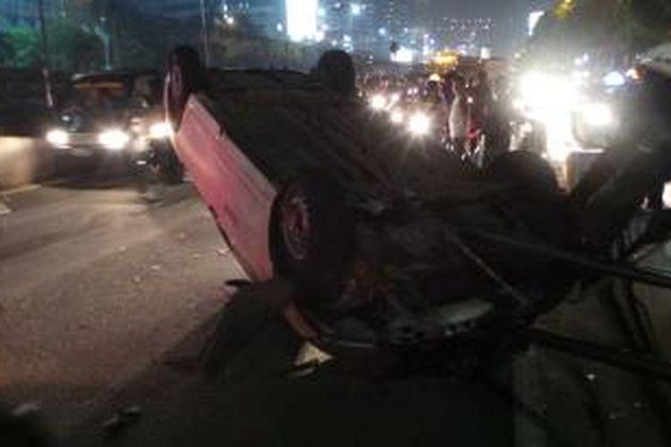 Kecelakaan taksi di flyover Kuningan