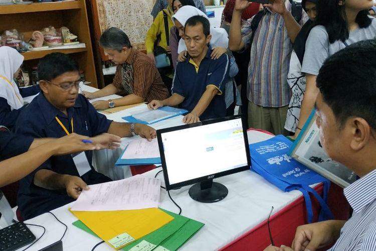 Kesibukan pelayanan pendaftaran PPDB 2019 DKI Jakarta hari pertama di SMAN 78 (24/6/2019).